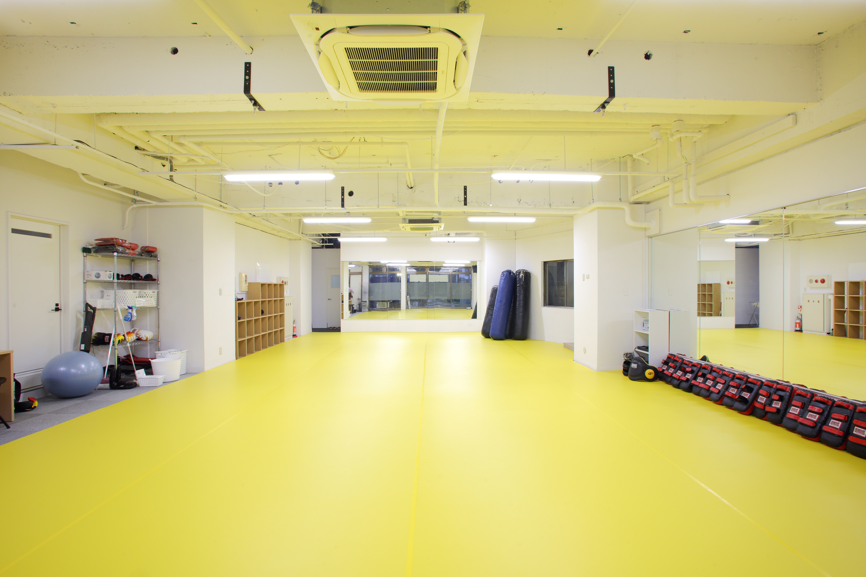 60坪のスペースにリング・サンドバックは勿論、 フィットネススペースで大人数のクラスレッスンも開かれます。